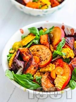 Зелена салата с маринована риба сьомга, праскови, царевица и чери домати - снимка на рецептата